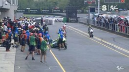 MotoGP Brno, l'incidente nel box fra Iannone e Espargarò - VIDEO