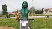 Una statua in memoria del pilota Marco Papa