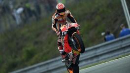 """MotoGP, Brno qualifiche: """"mostro"""" Marquez, super-pole sotto la pioggia"""