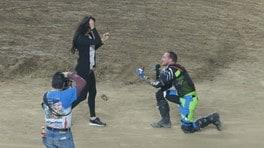 """Jeremy Durst cade """"in ginocchio"""": inscena un incidente per la proposta di matrimonio - VIDEO"""