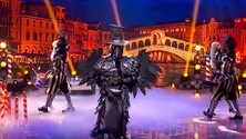 MotoGP, Jorge Lorenzo canta Ramazzotti travestito da Corvo