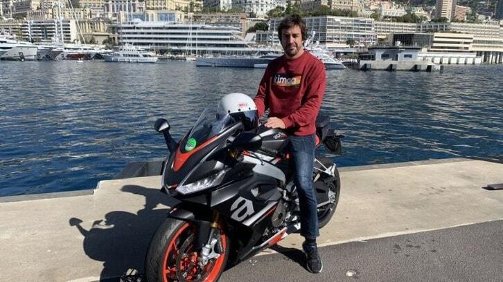 """Fernando Alonso """"prepara"""" il Gran Premio di Monaco guidando un'Aprilia"""