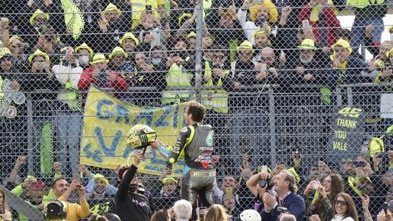 MotoGP, Rossi lancia il casco a Misano: il video della presa perfetta